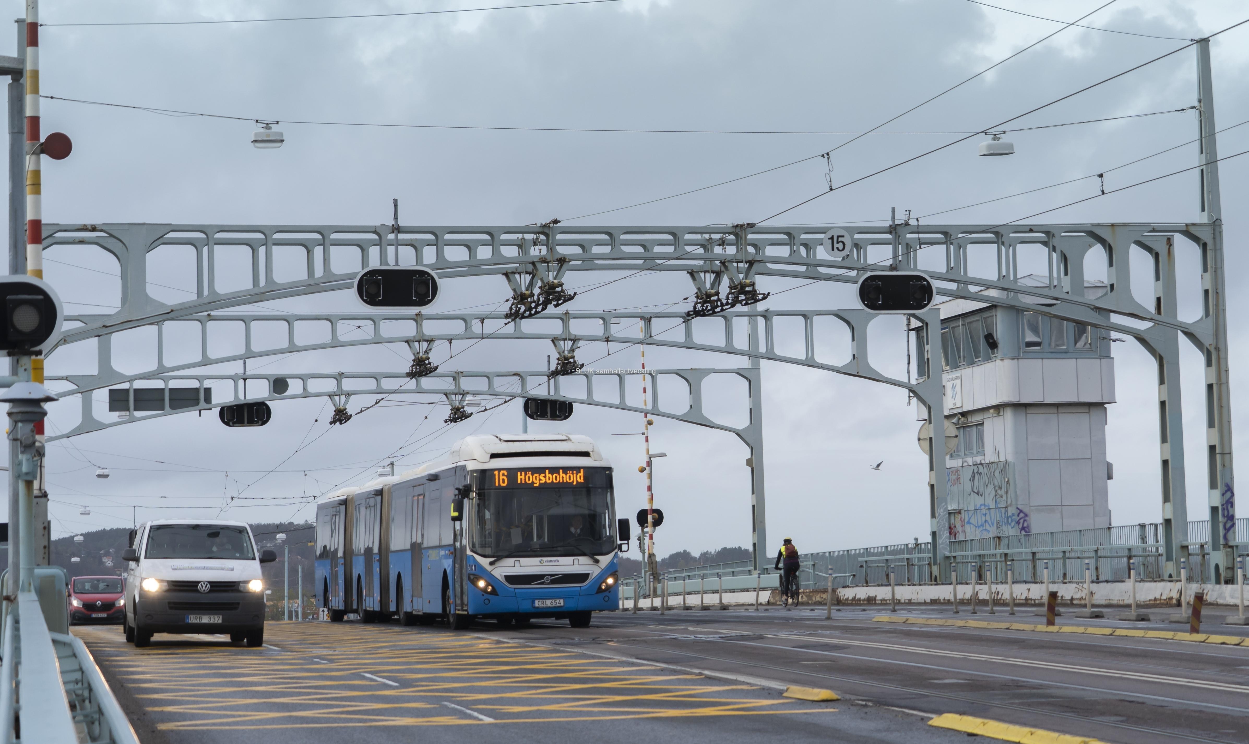 Trafik på Götaälvbron. Buss linje 16 mot Högsbohöjd passerar.
