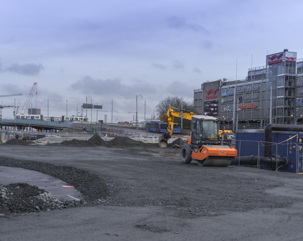 Vid Nordstan har man påbörjat arbetena med att förbereda vägen för att anlägga spårvagnsräls från Hisingsbron.