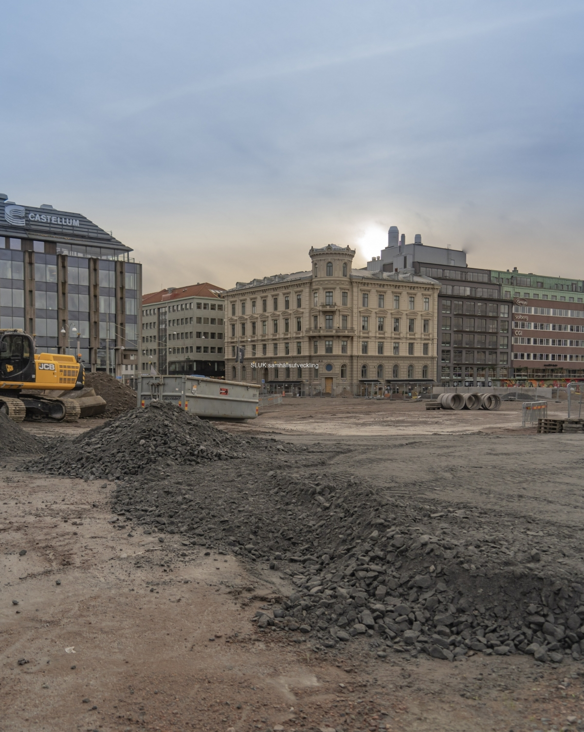 Novembersolen lyser fram bakom husfasaden. Det var inte länge sedan som det var full aktivitet i det här området. N kommer Göteborgs stad att ta över.