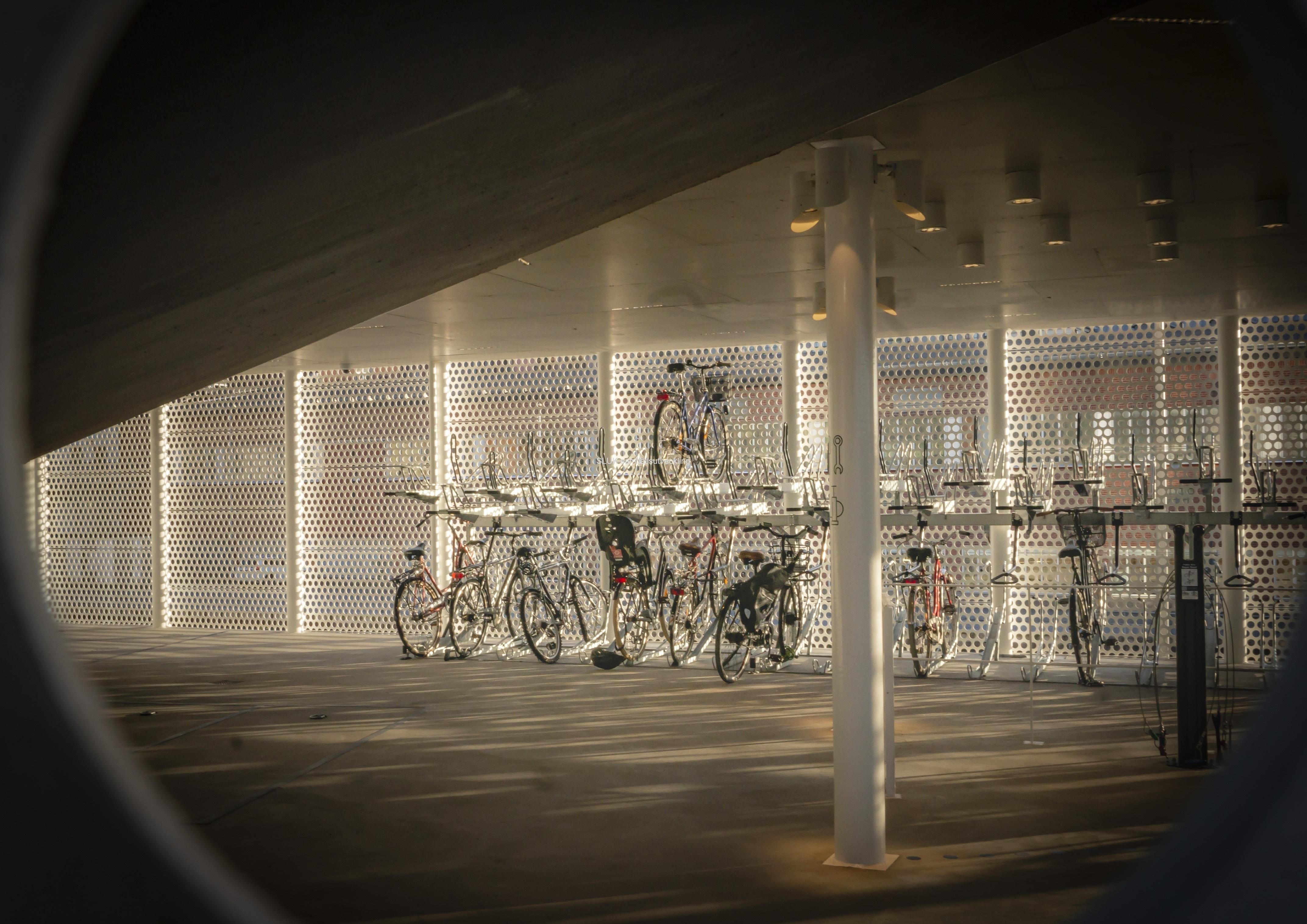 Cykelgaraget var i princip tomt. Kan det bero på restriktionerna att vi inte ska åka kollektivt och därför använder man heller inte möjligheterna att cykla och pendla med spårvagnen?