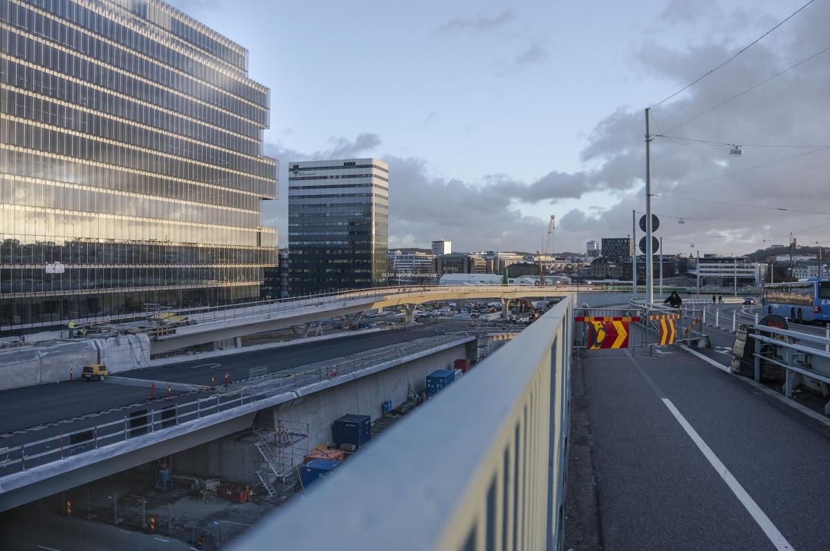 Solnedgången belyser fasaderna. Här ser man att Hisingsbrons nedfart mot Nordstan är hopmonterad.