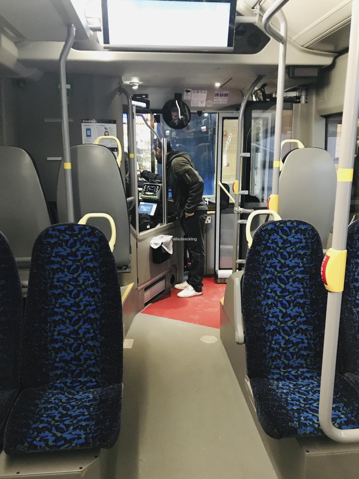 Den 13 december var dagen då elbussarna började köra. Här syns interiören på bussen. Chauffören har ett skydd mot resenärer. Den ska förmodligen ge skydd mot våld och virus.