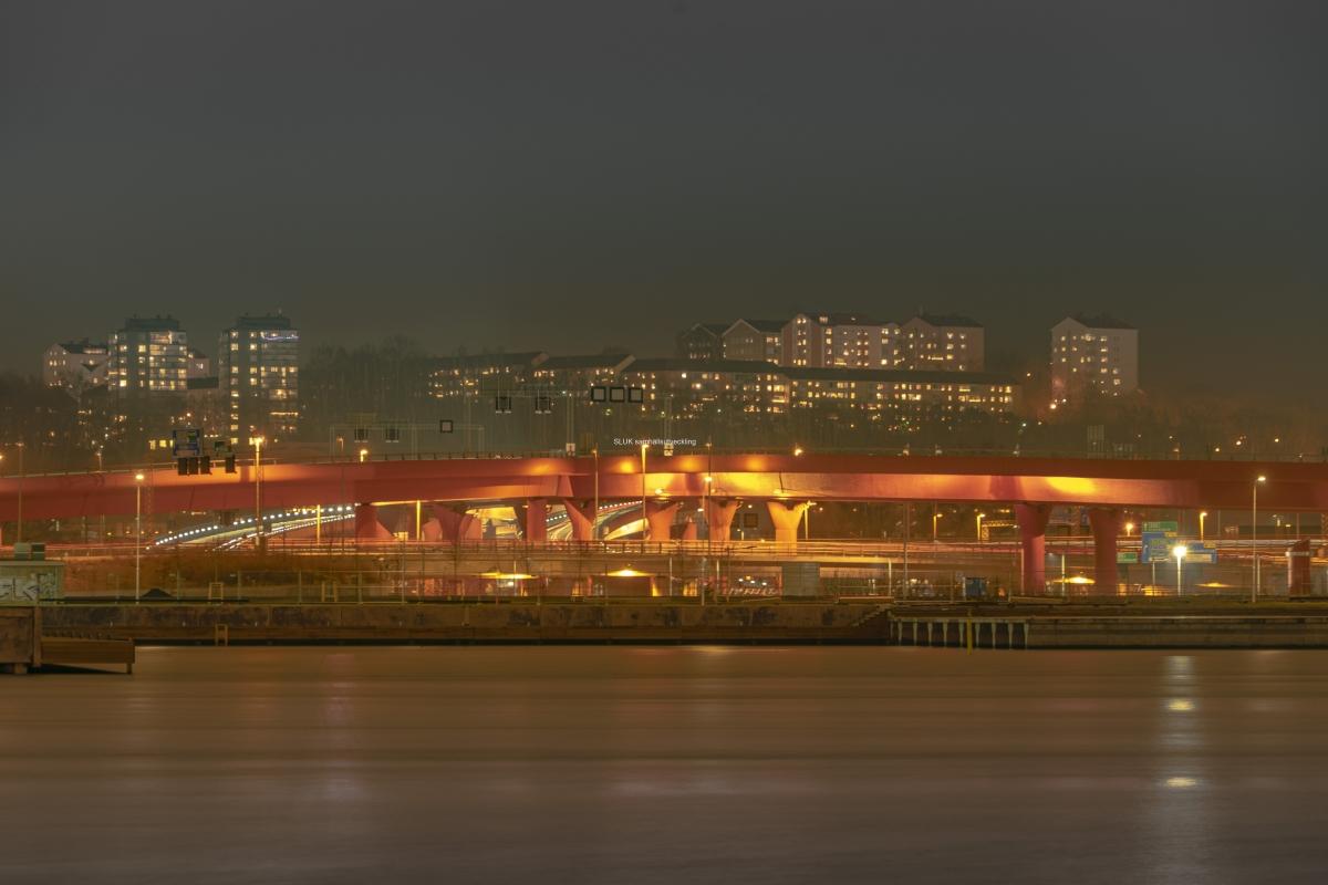 På andra sidan älven lyser Röde orm  i strålkastarljus och i bakgrunden tindrar fönstren i bostäderna i Lunden.