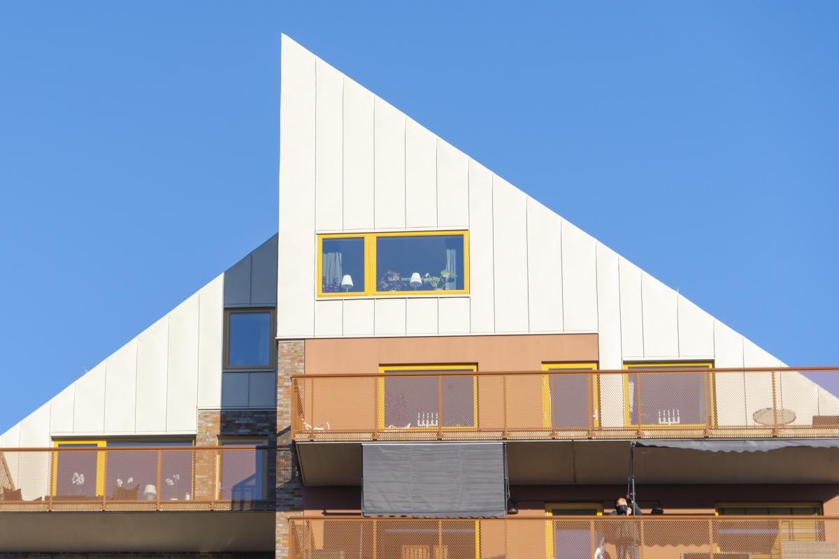 En stilren bild av toppen på ett av höghusen. Där har någon flyttat in.