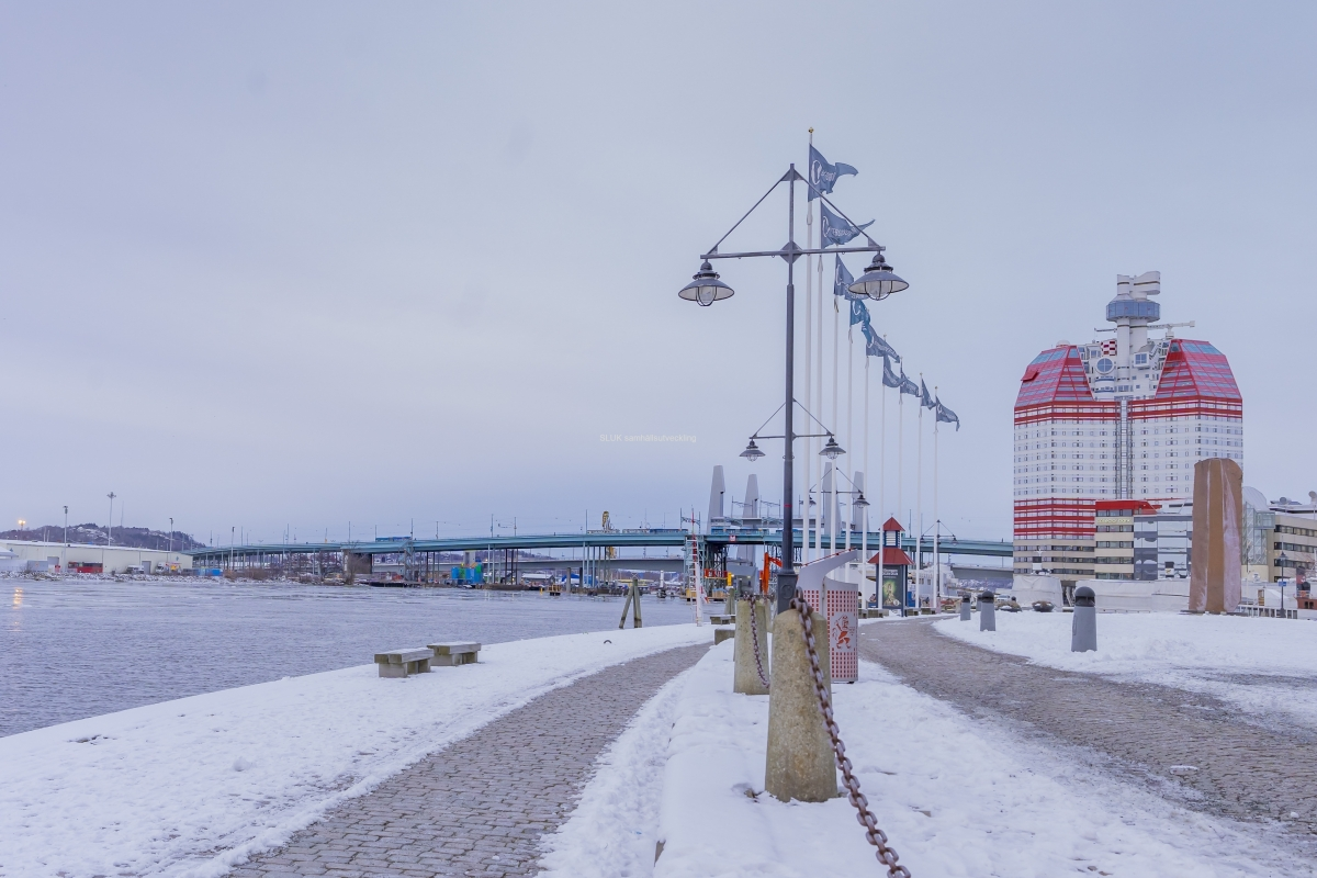 Jag promenerar mot Gullbergsvass. Till höger syns Läppstiftet och Götaälvbron syns i över älven. Bakom Götaälvbron tornar Hisingsbrons Pyloner.