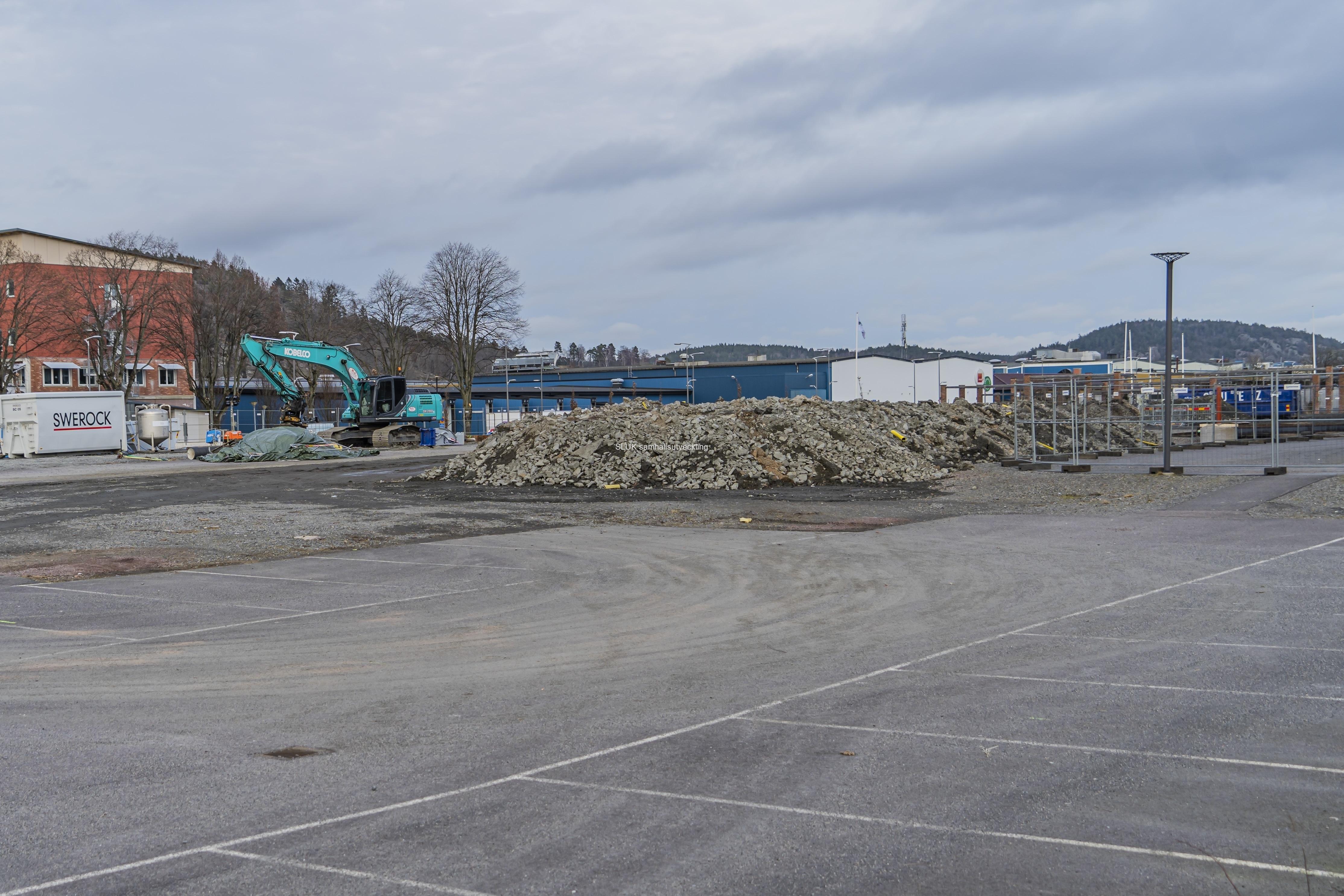 Vid Partille Arena, förbereds bygget av den nya simhallen. Partillebo fick uppdraget av kommunfullmäktige under 2018 att uppföra en  ny simhall i centrum. Peab har fått uppdraget av Partillebo.