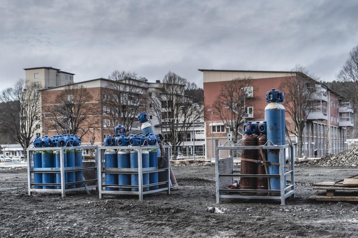 Arbetsområdet med blå gasolflaskor.