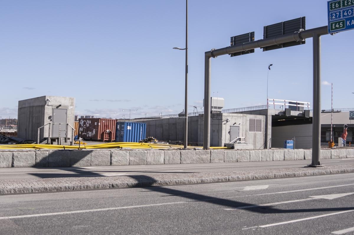 Vid Falutorgets mot, på bildens höger sida, finns den den södergående nedfarten till tunneln.