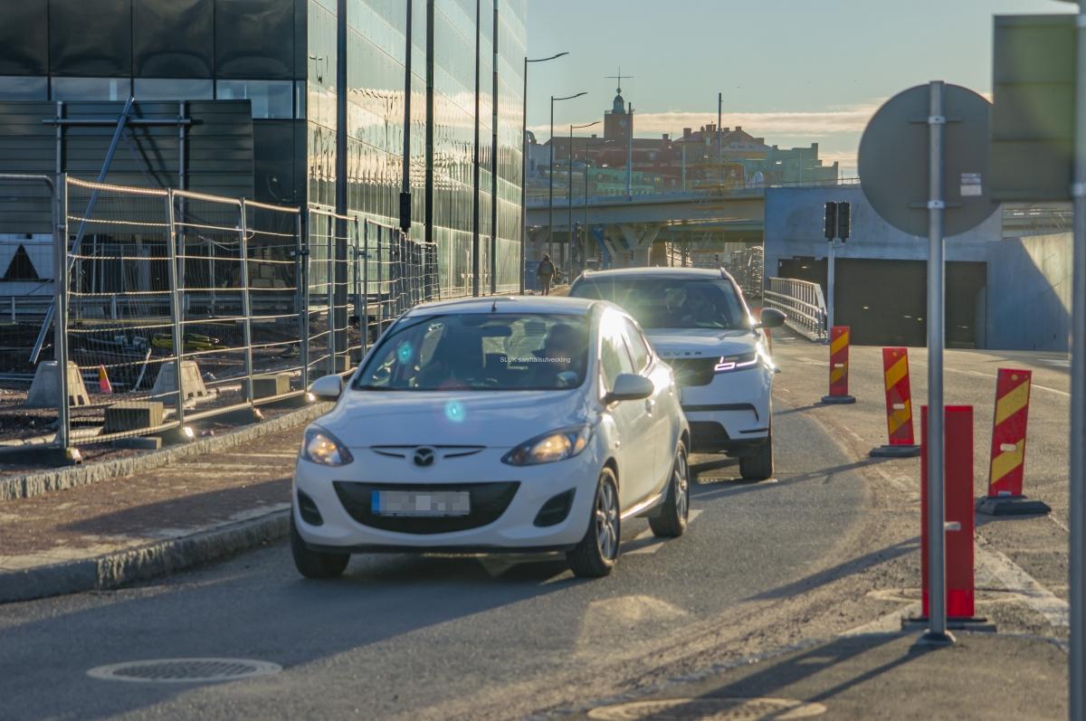 Här passerar bilisterna Regionens hus.