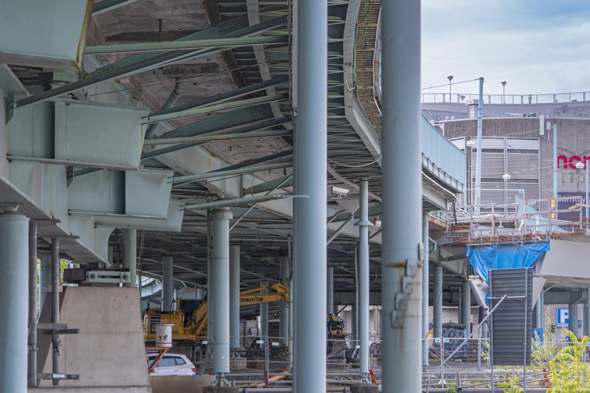 På andra sidan bron, syns Hisingsbron som går åt Östra Hamngatan. Här syns också i vilket skick som Götaälvbron är.