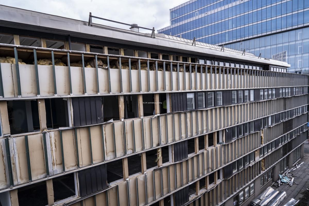 Nu rivs fastigheter i Gullbergsvass, för att bygga nya verksamheter för handel och bostäder. Byggmaterial som går att återanvända sparas.