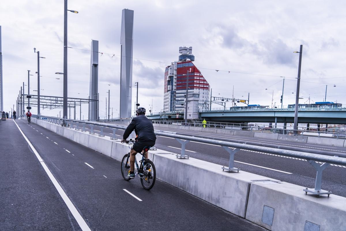 Det är mycket lättare att både promenera och cykla utmed Hisingsbron jämfört med Götaälvbron.