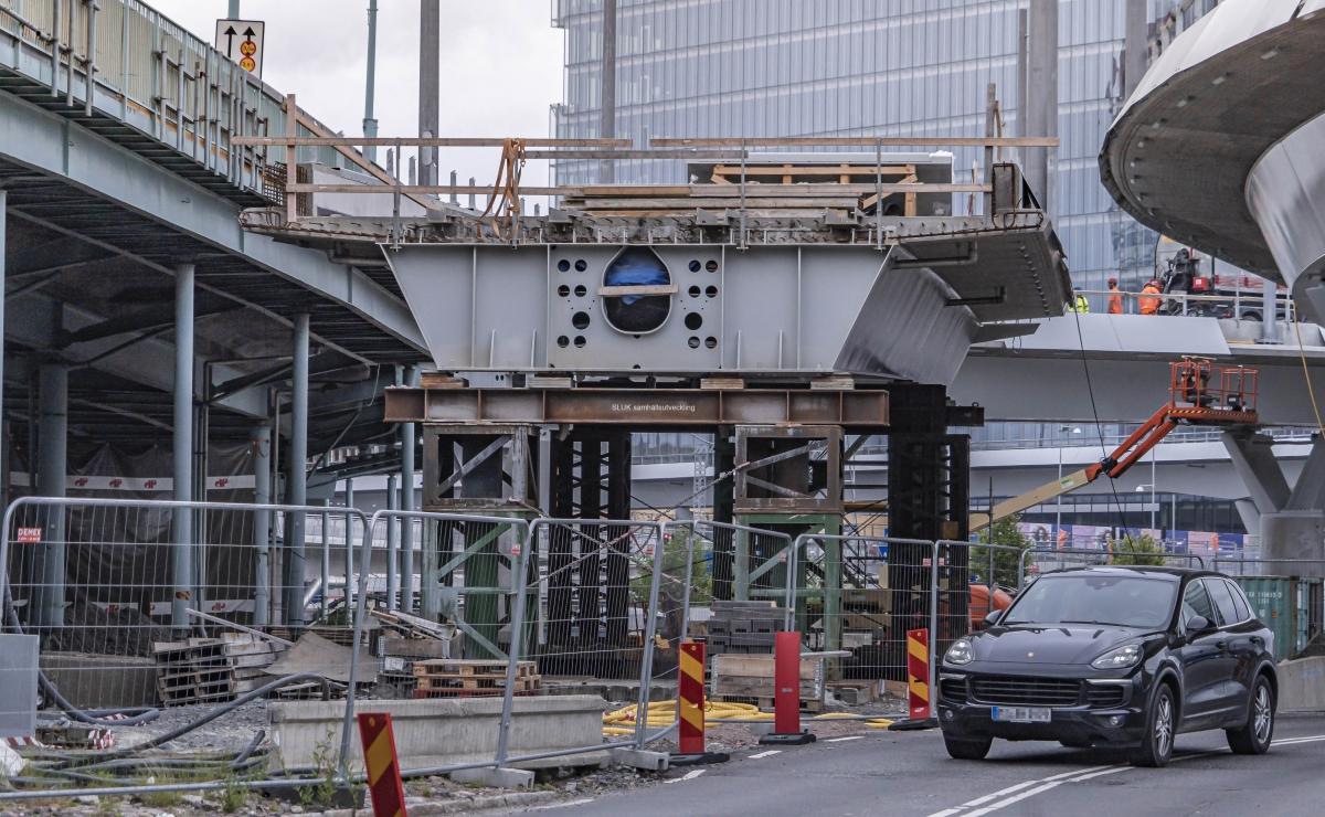 Här ligger lyftspannet mellan Götaälvbron och Hisingsbron. Lyftspannet är den sista biten som knyter samman Hisingsbron.