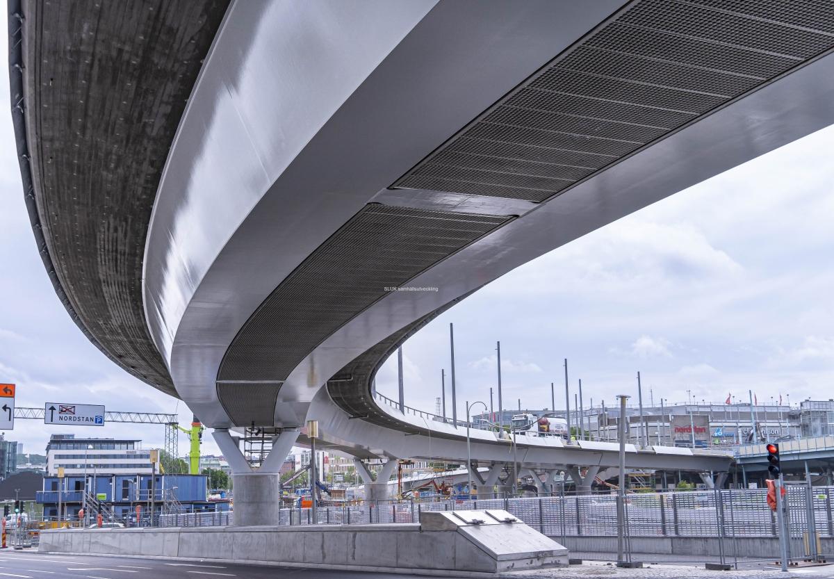 Bilden är ett perspektiv på Hisingsbron underifrån, mot Nils Ericsonplatsen . Längs ner höger, ser man att Hisingsbron avbryts av Götaälvbron.