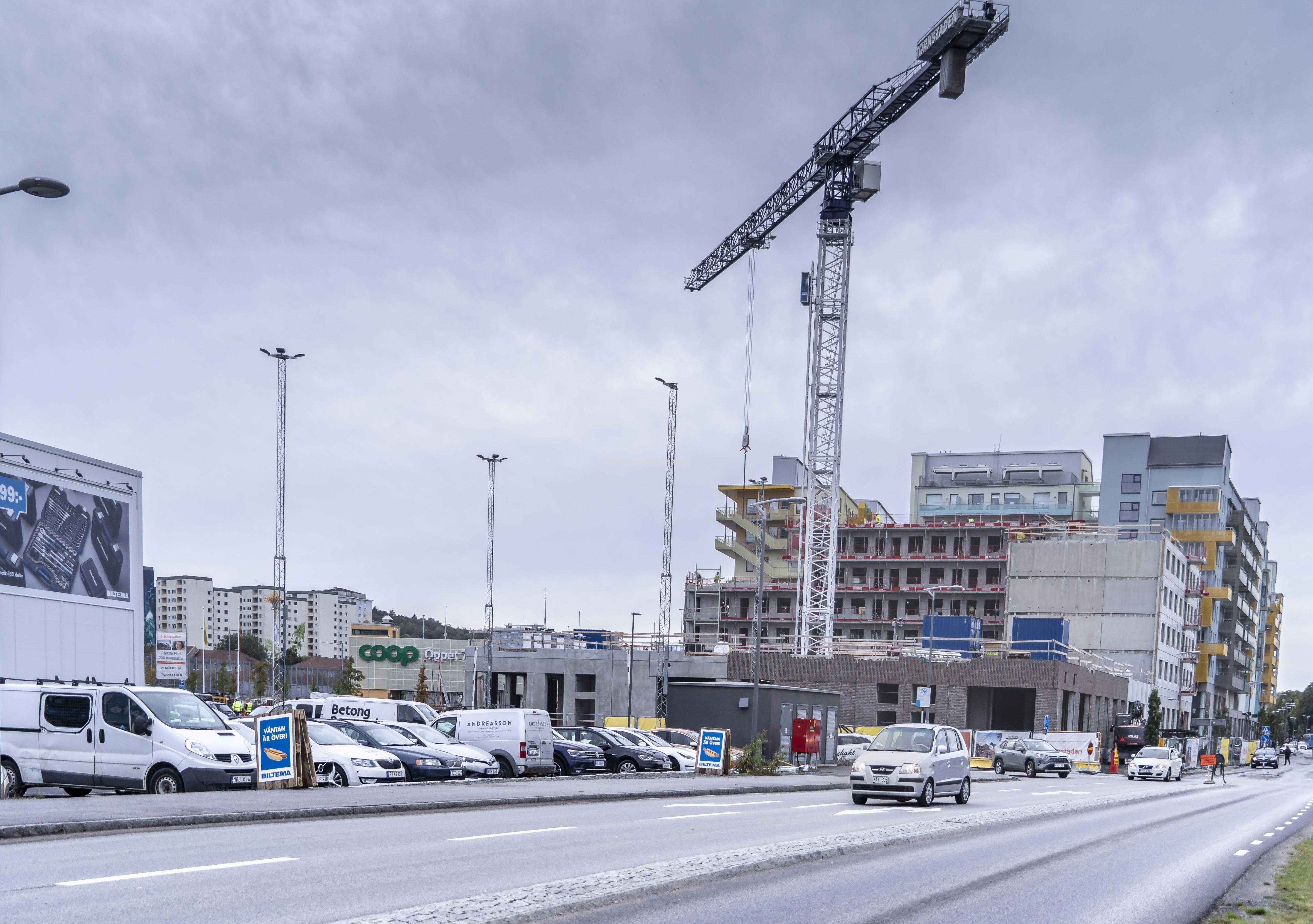 I bakgrunden byggs bostäder och Lidl får nya lokaler i Partille