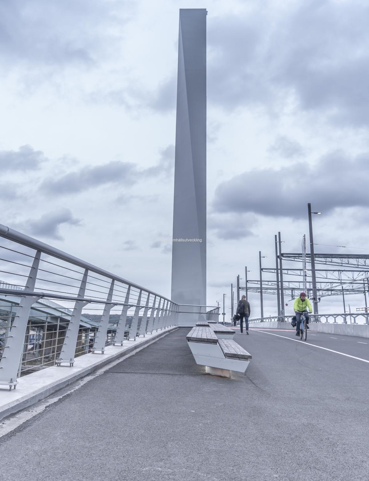 Det finns bänkar på bron för att sitta ner och vila och se på utsikten.
