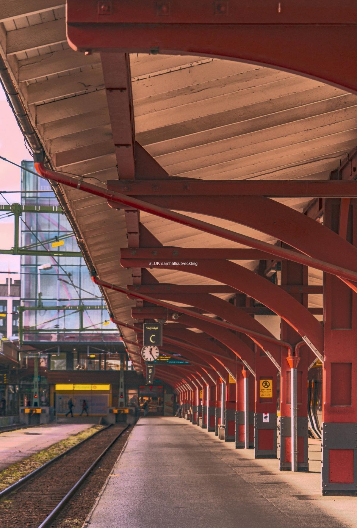 Här är en perrong mot stationen. Kommer perrongerna att bli kvar eller kommer de att byggas om när Västlänken  är klar?