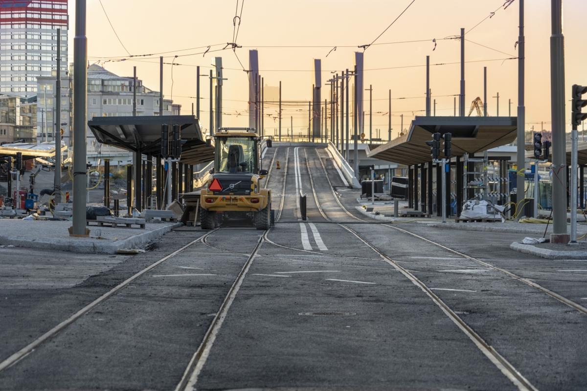 Kvällssolen lyser över Hisingsbron och man jobbar för fullt med iordningställa hållplatserna vid Nordstan.