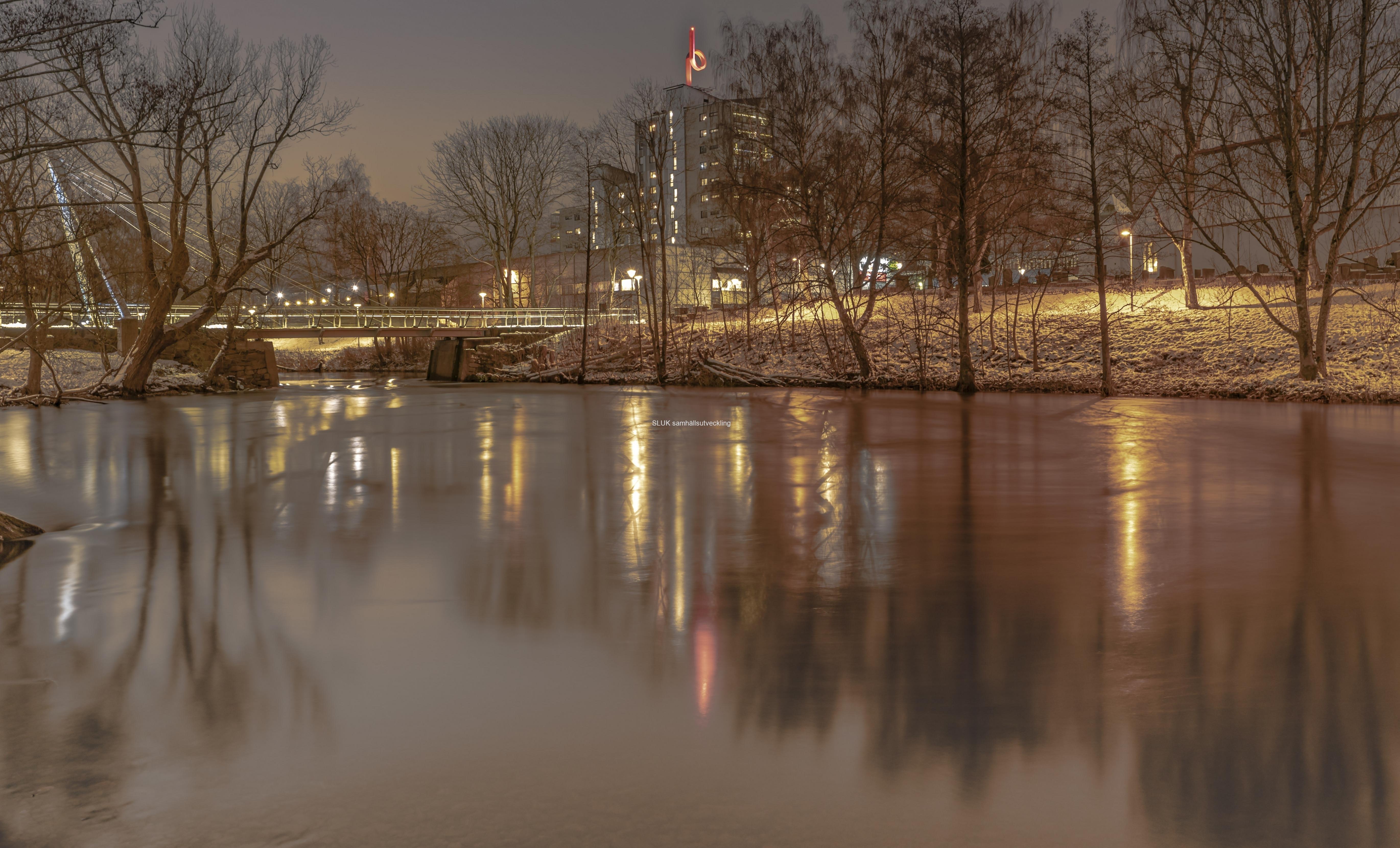 Belysningen från centrum ger  fina skuggor i Säveån.