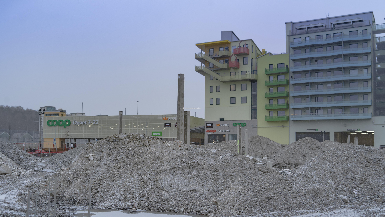 På andra sidan vägen, mot Coop har man börjat med markarbeten för bostäderna.