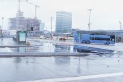 In- och utfarten till bussterminalen är stängd och bussarna kör in på kortsidan mot Gullbergsvass. I bakgrunden syns Regionens hus och byggnationen av en kontorsfastighet, jämte Hisingsbron som byggs.