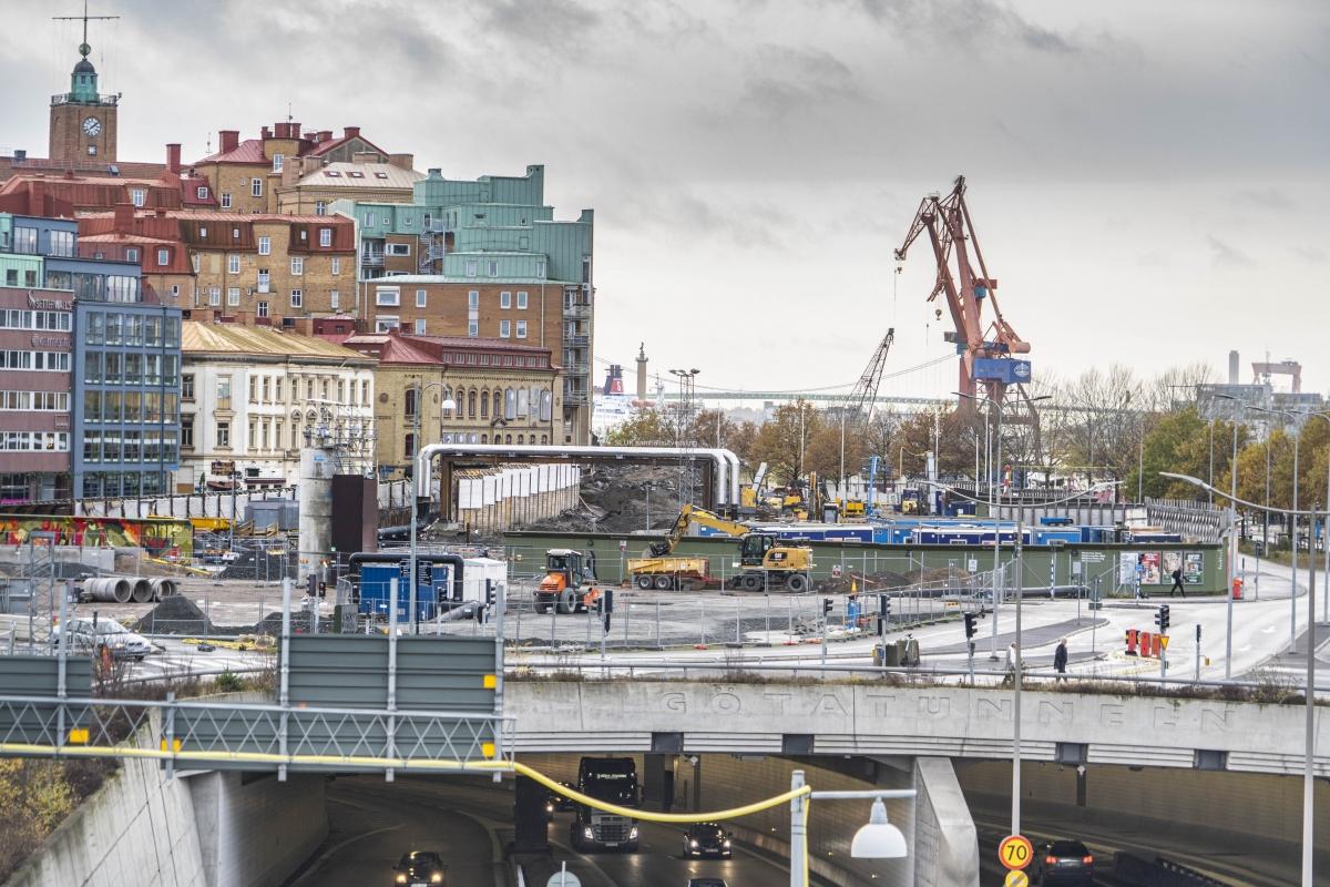 Ovanför Götatunneln och  till vänster på bilden  pågår arbeten med tunneln under Kvarnberget.