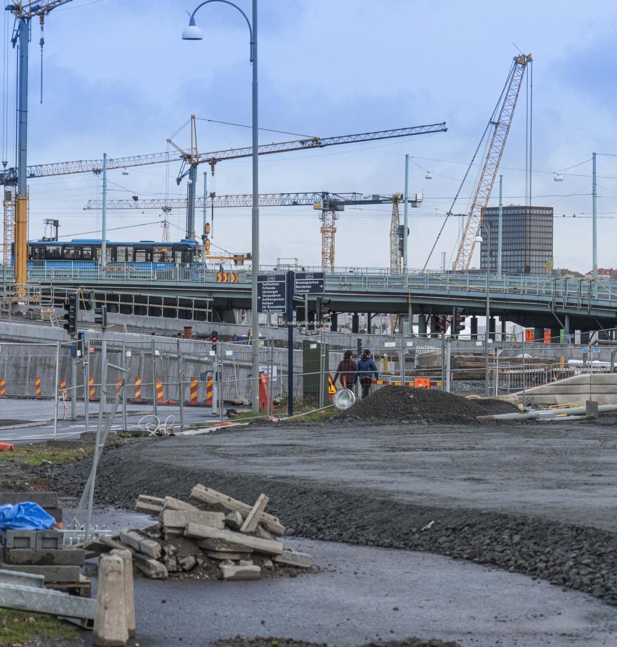 Trafiken kör på Götaälvbron. Nedanför bron syns Hisingsbrons avfart där man spårvagnarna kommer att köra.