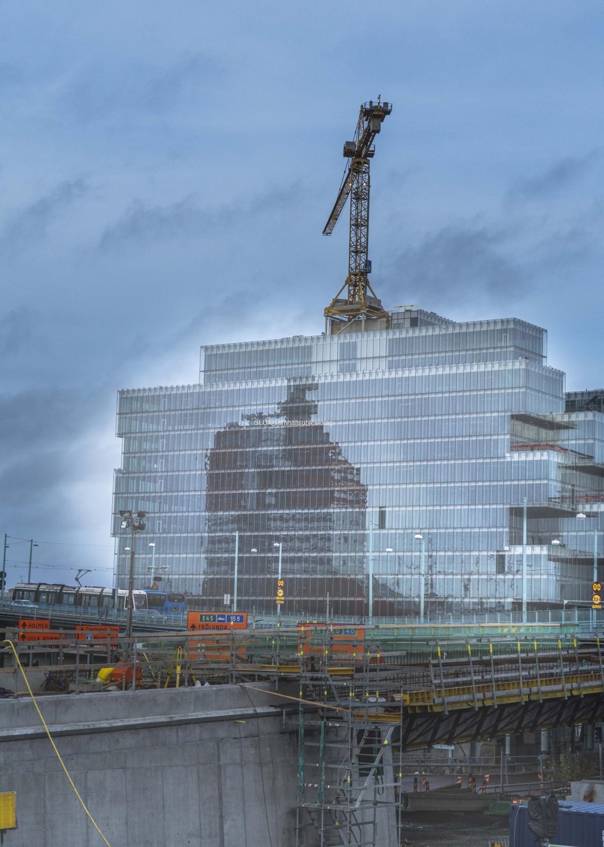 Solen lyser på byggnaden som ska bli kontorsfastigheten Platinum.  Läppstiftets spegelbild syns på  fasaden.