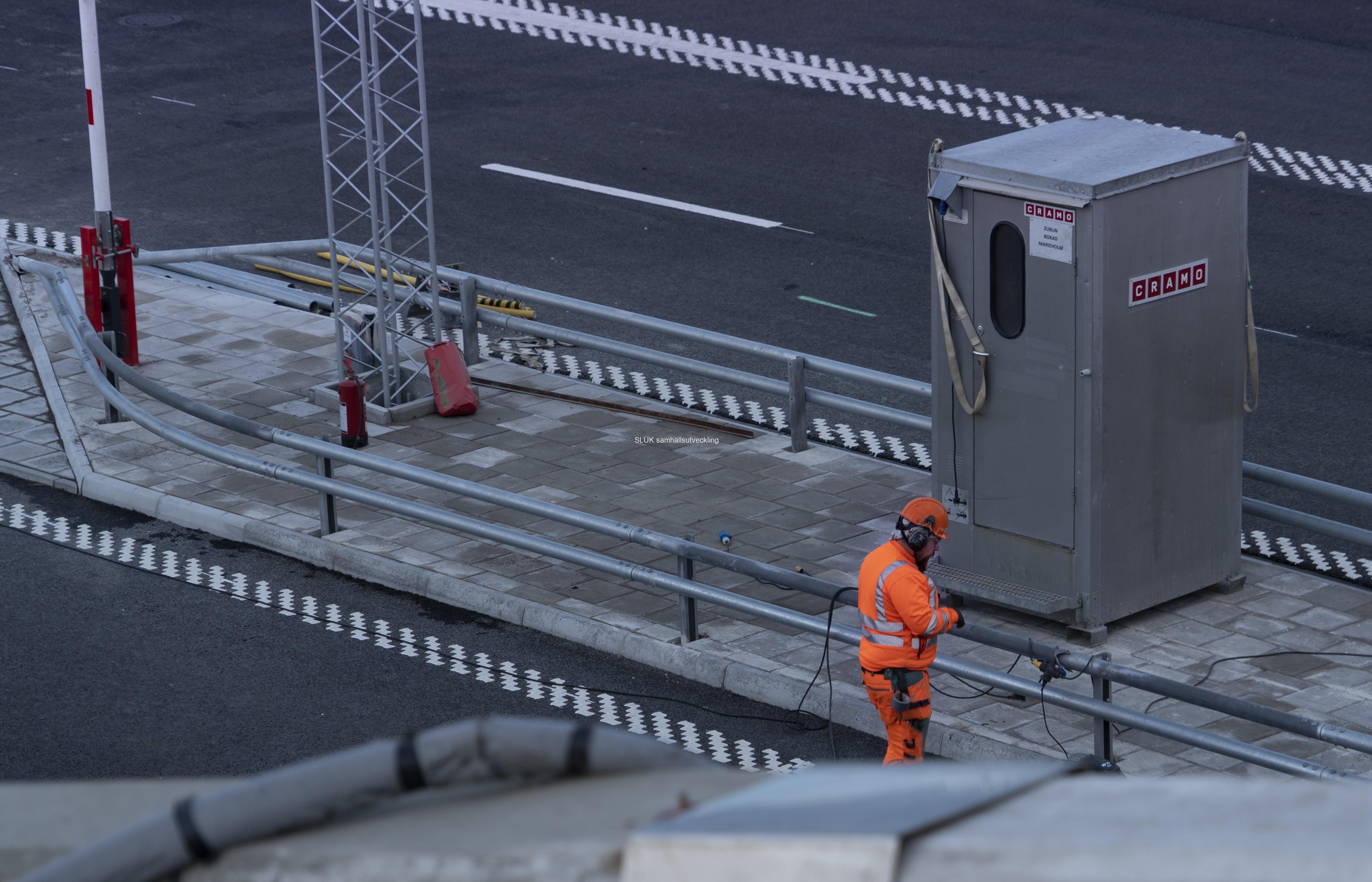 En del arbeten pågår nära tunnelns mynning.
