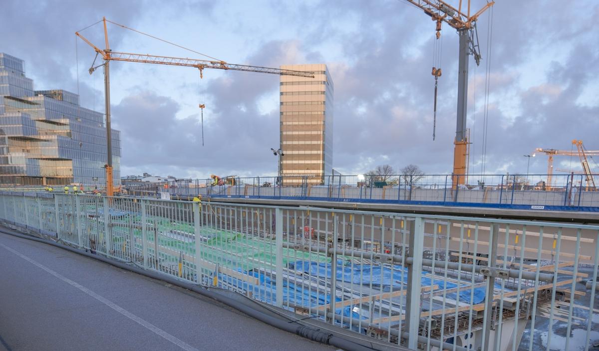 Jobb pågår på Hisingsbron. I bakgrunden syns Regionens hus och till vänster den nya fastigheten Platinan.