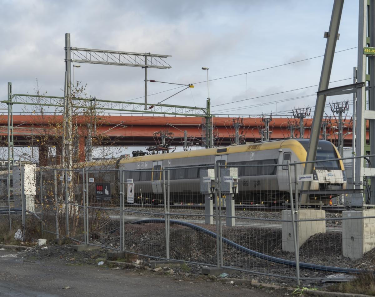 Här har Trafikverket sedan flera år tillbaka klassificerat Olskroken som överbelastad. Flera olika tåg samverkar på banan, såsom regiontåg, nationella tåg, godståg och spårvagn. Spårvagnen har eget spår mot Gamlestaden.
