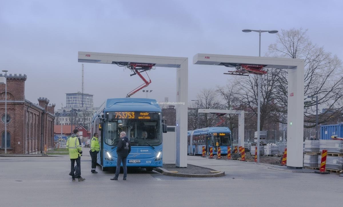 Här laddaren en buss som ska till Mölndal från Heden. Den ska avgå om 1 minut.