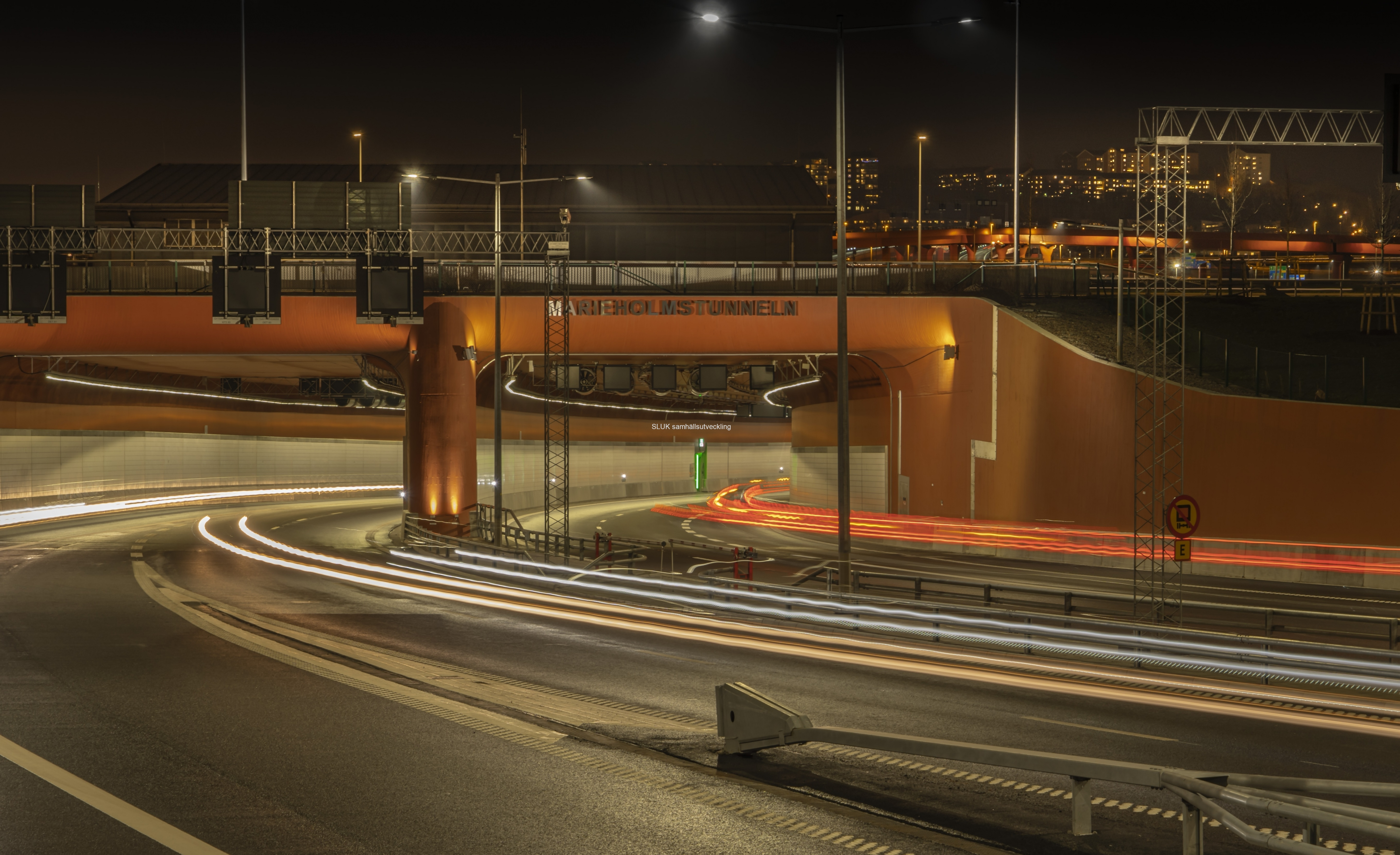 Marieholmstunneln på Hisingssidan  visas i nattljus. Ovanför tunnels lyser Röde orm. Trafik mot Stockholm kommer att köra vidare på Röde orm, mot E20.