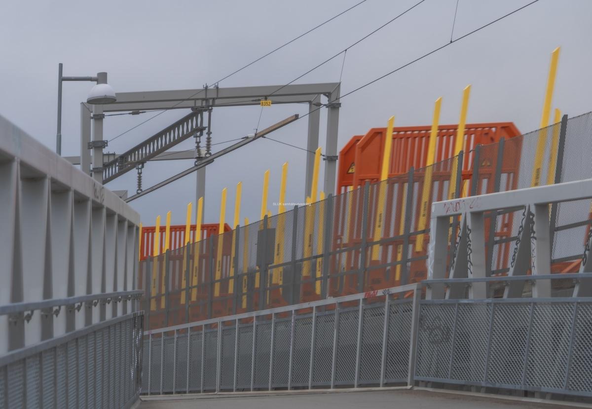 Till vänster om Hamnbanan finns en gång och cykelväg.