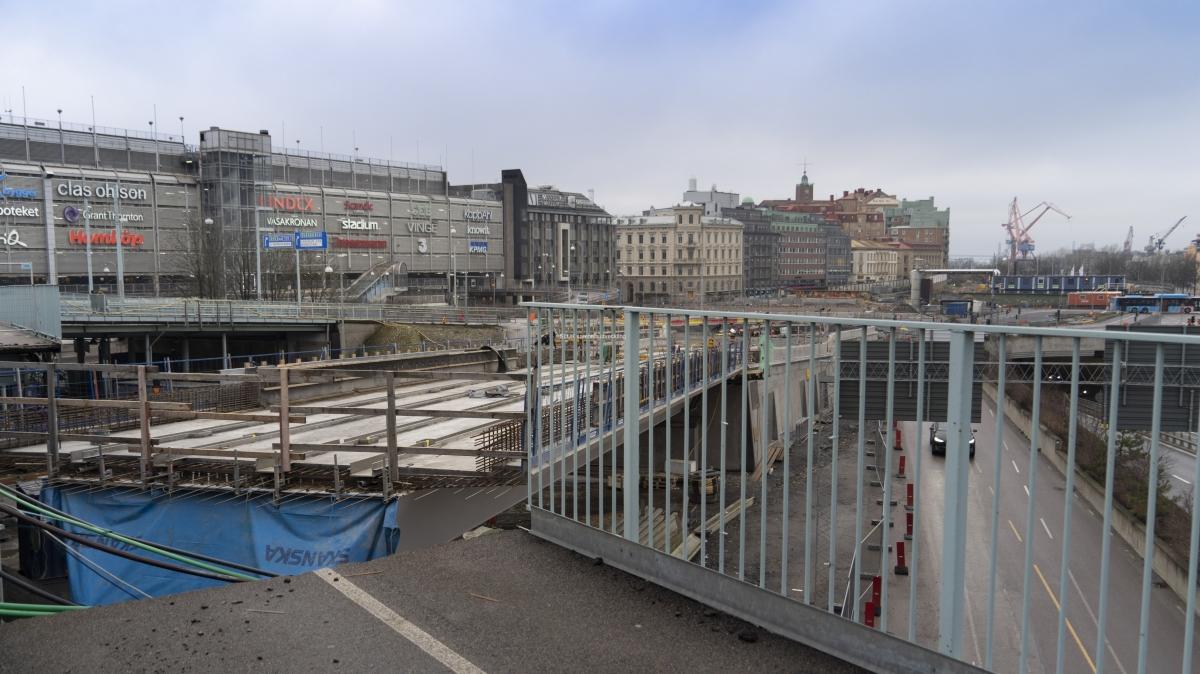 Här pågår arbeten med den planskilda korsningen mot Östra Hamngatan. Är det rälsen som byggs?