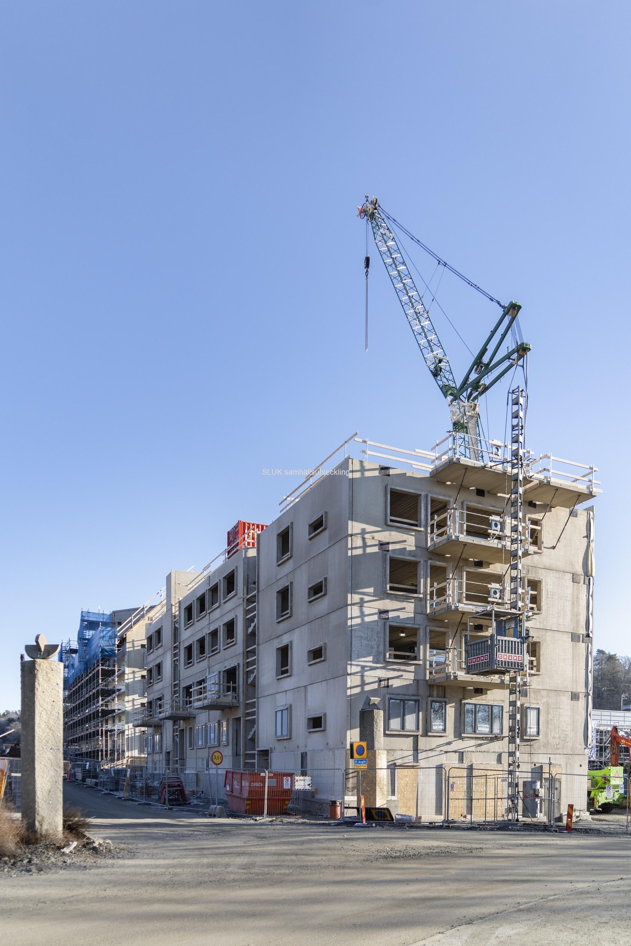 Ett perspektiv av pågående byggnation, vid Mölnlycke fabrikers entré.