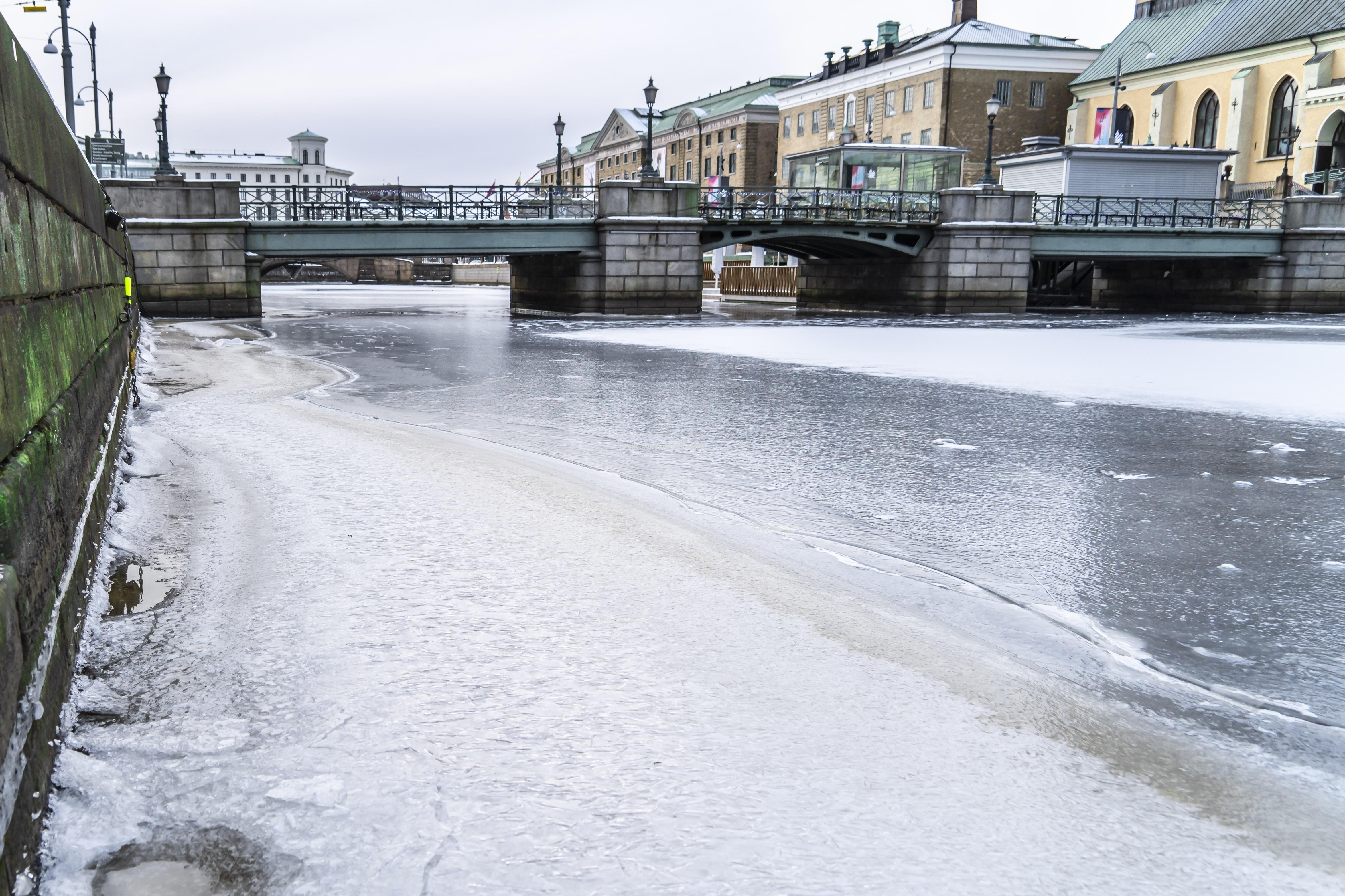 Kanalen mellan Norra och Södra Hamngatan har frusit till is.