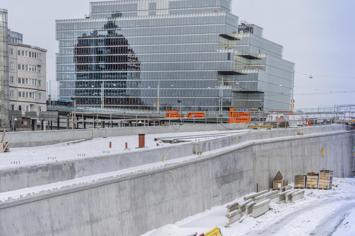 Fasaden på fastigheten Platinan ser ut att vara klar. I dag pågår inga arbeten på den planskilda korstingen mot Östra Hamngatan .