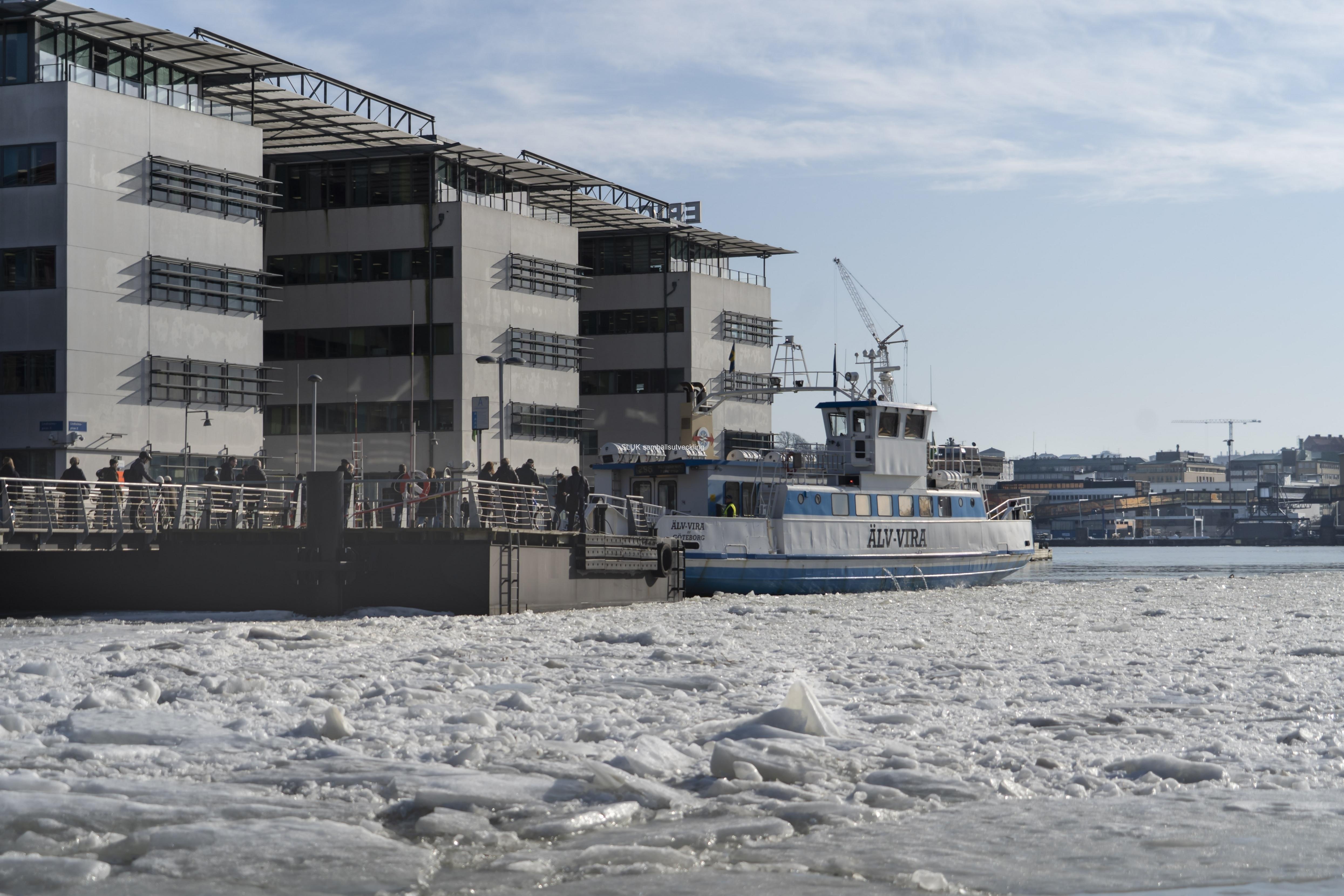 Färjan Älv-Vira anlände med passagerare. färjorna går tätt mellan Lindholmen och Lilla Bommen.