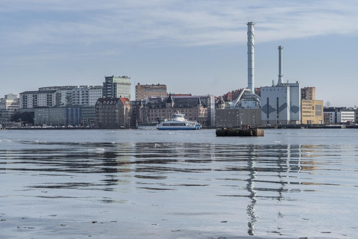 Även mot Skeppsbron och över älven blir det fina spegelbilder.