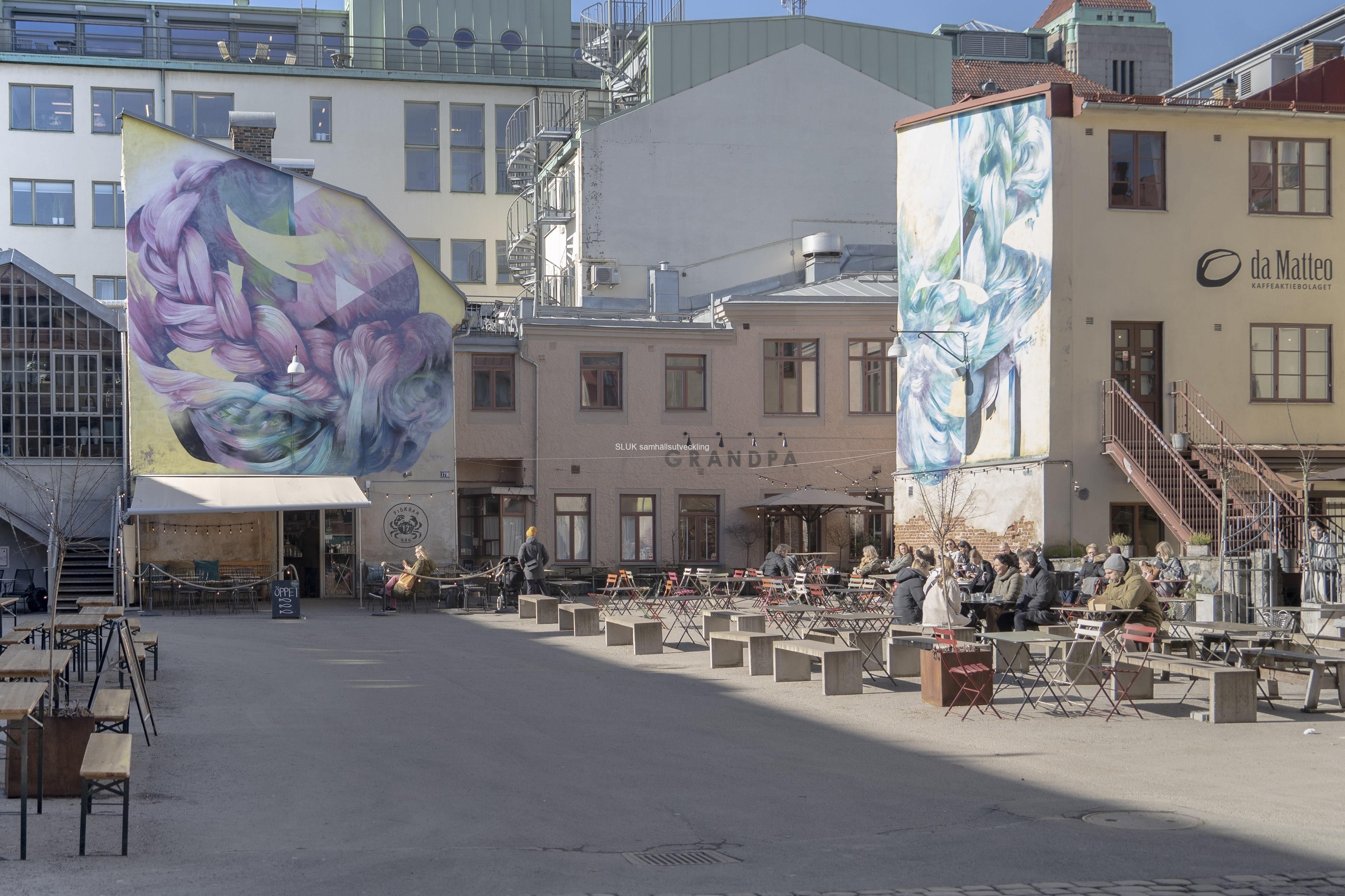 Vädret är gynnsamt för att sitta ute och fika eller äta lunch. Fotografiet är från Magasinsgatan.