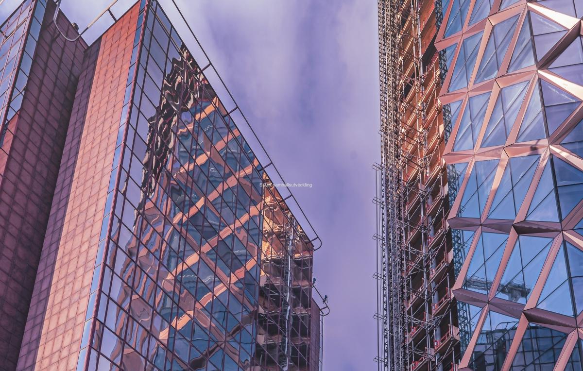 Kineums fasad speglas i Citygates.