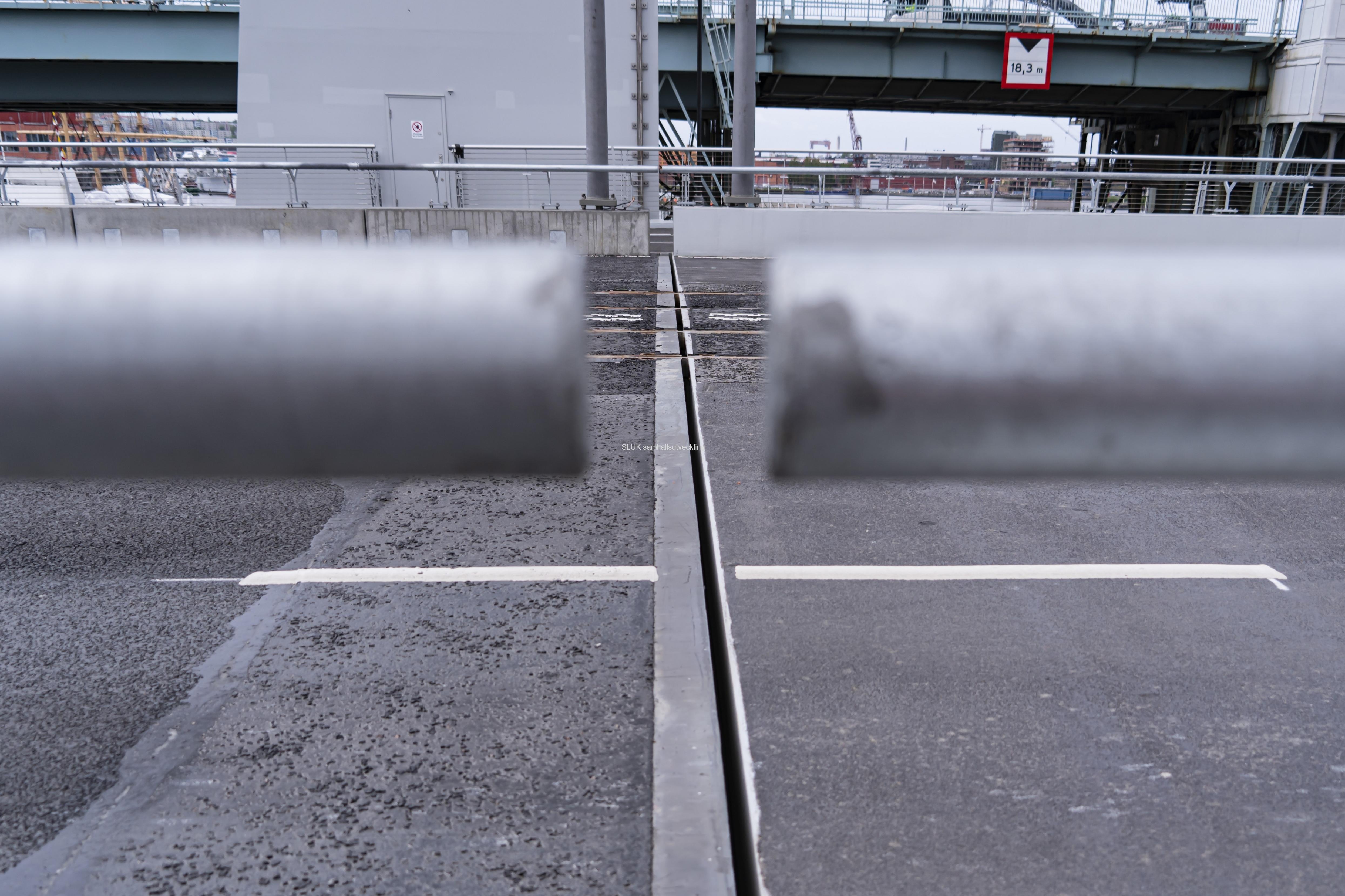 Här är skarven mellan bron och lyftbron. Den har krånglat några gånger sedan öppningen.