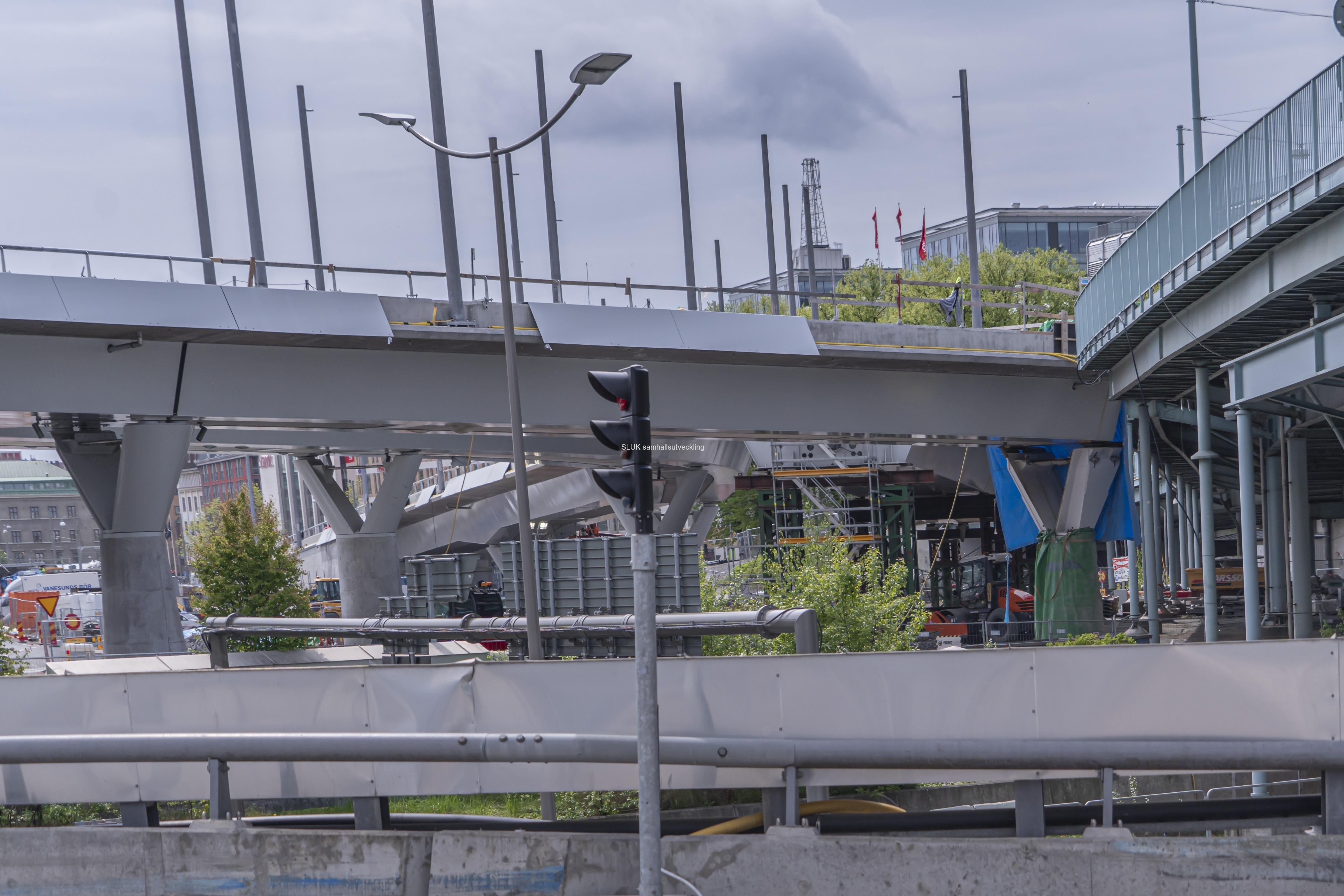 Här korsar Hisingsbron Götaälvbron, som måste rivas för att spårvagnar och bussar ska kunna passera.