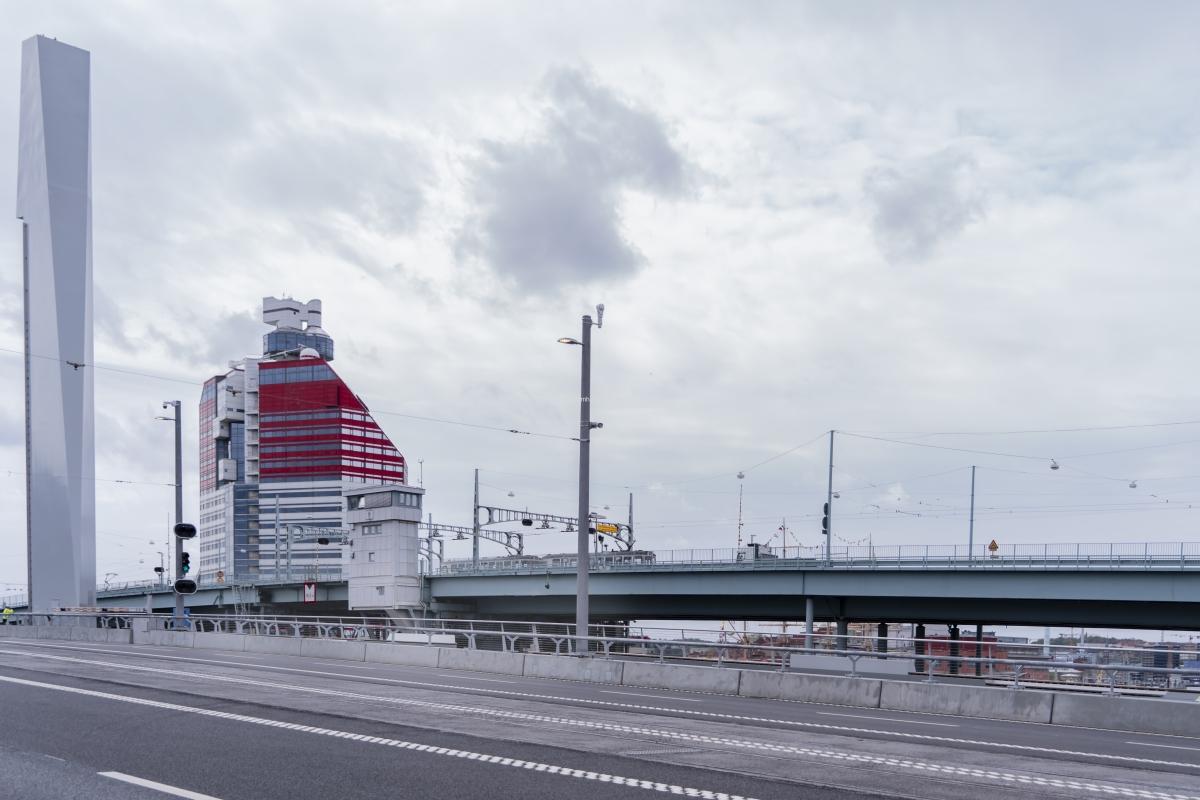 Spårvagnar och bussar kör fortfarande på Götaälvbron.