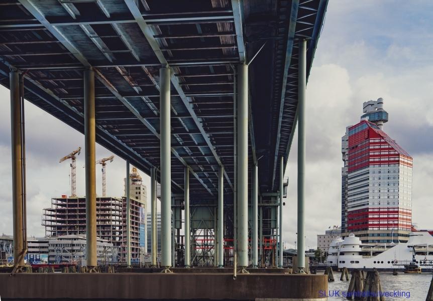 Götälvbron underifrån och Läppstiftet till höger. Läppstiftet är en konferensanläggning och har blivit ett landmärke i Göteborg.
