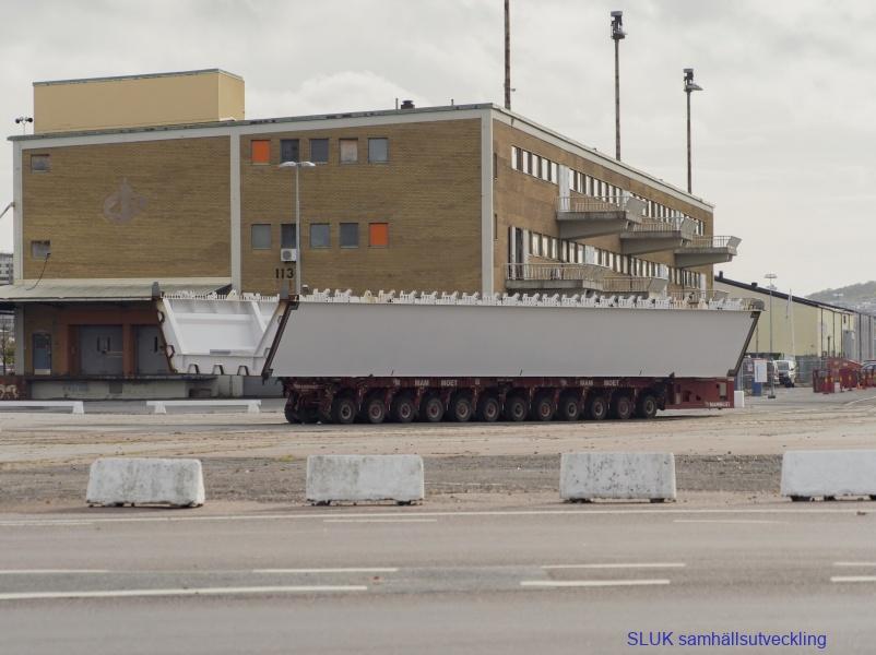 Här transporteras ett sidospann till en avställningsplats i Frihanmnen