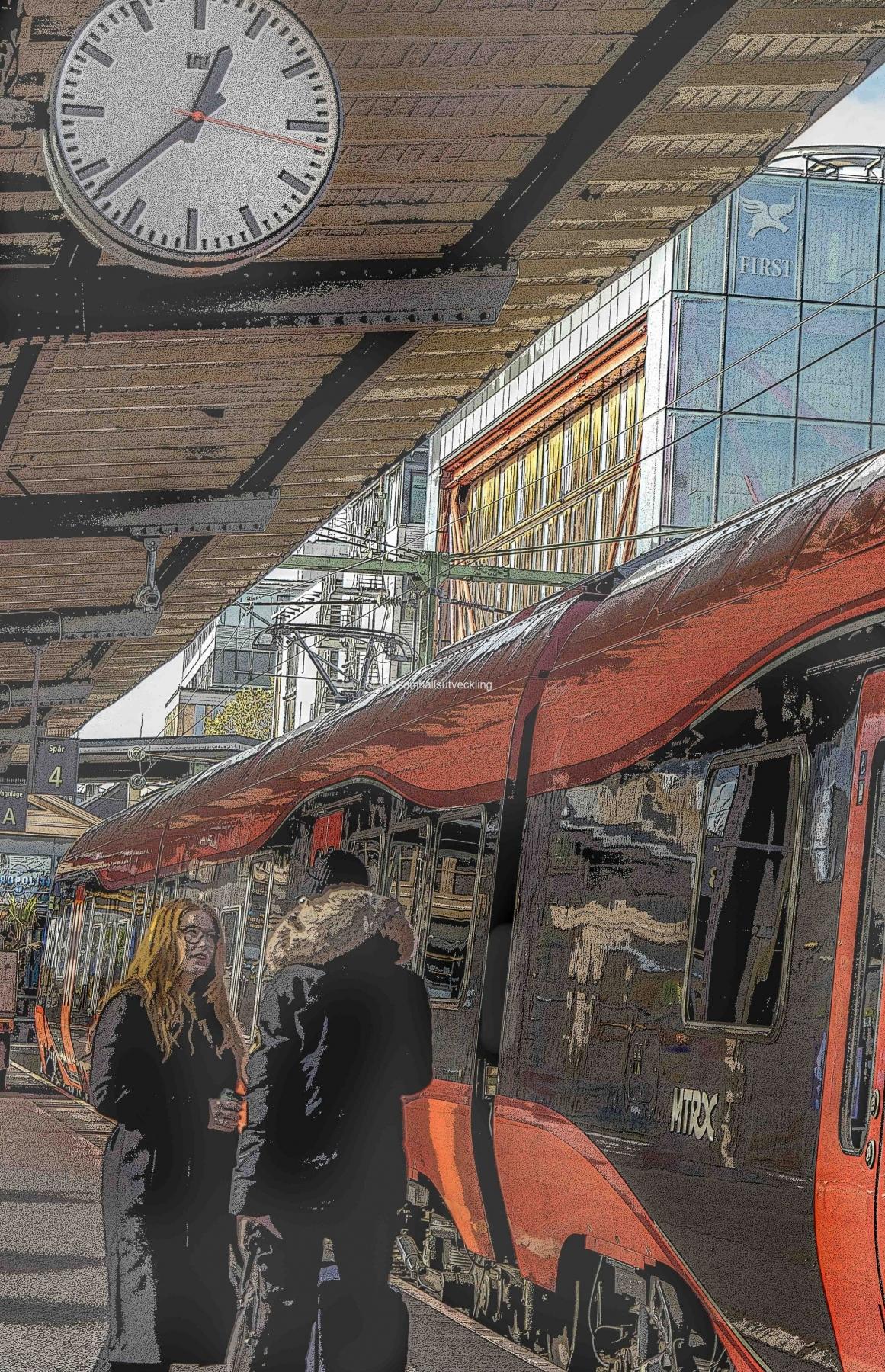 Det röda tåget, MTR anlände till stationen och  solen lyser fint på  tåg och hotellfasad.