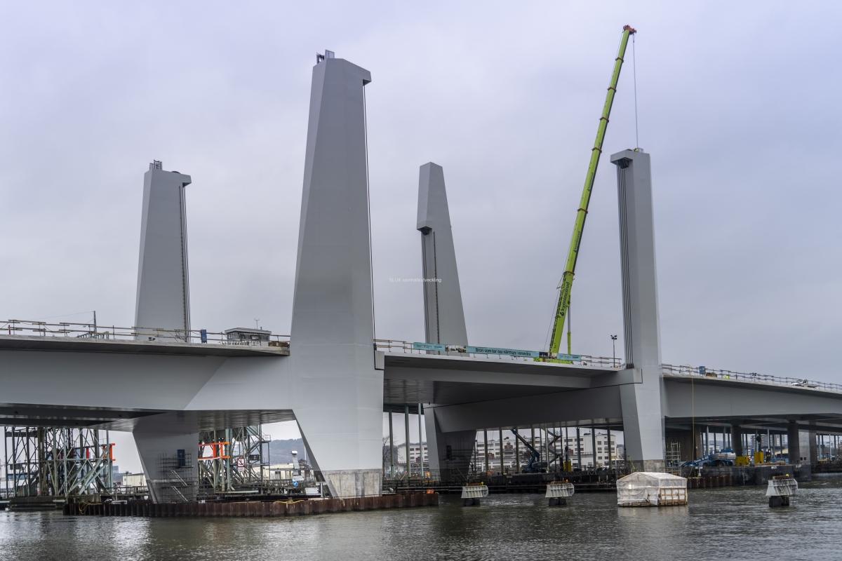 Närbild på bron från Gullbergsvass.
