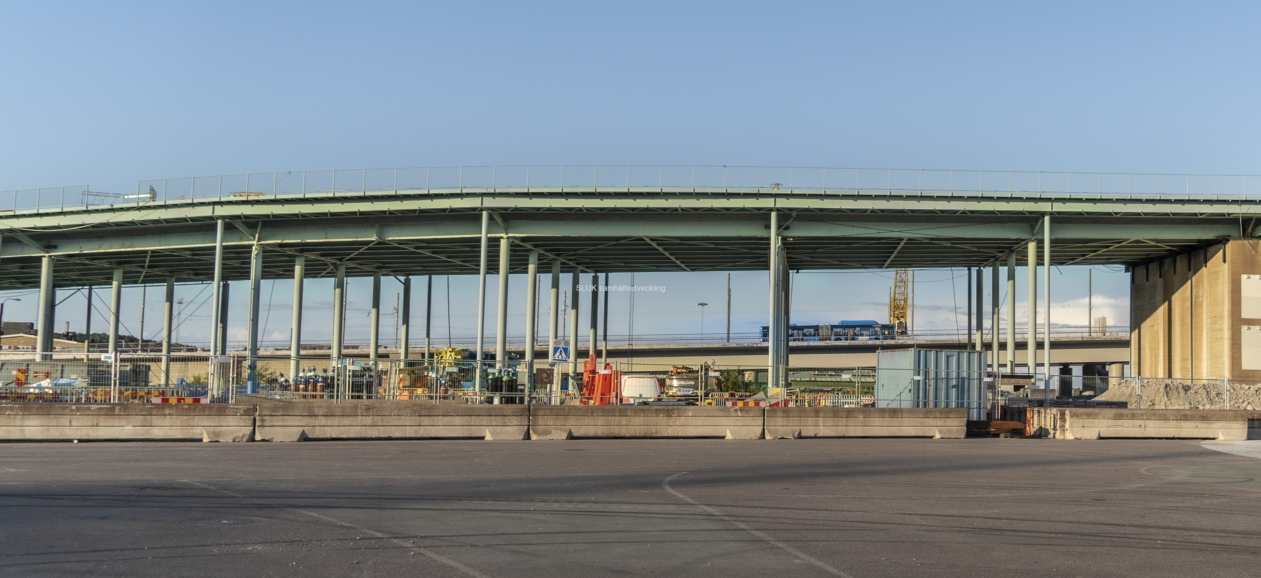 Bakom Götaälvbron ser man en buss som trafikerar Hisingsbron.